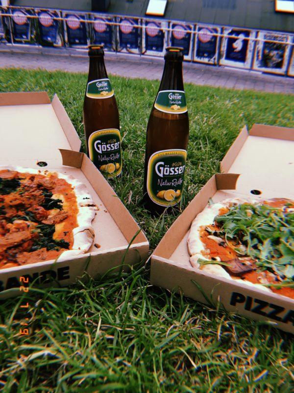 Pizza und Bier: Das Duo für einen entspannten Abend mit Freunden