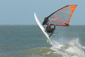 Windsurfer auf dem Wasser.